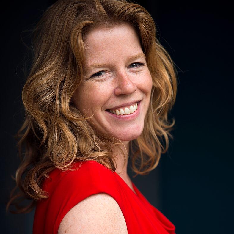 Portretfoto van dokter Erna Beers in een rode jurk.